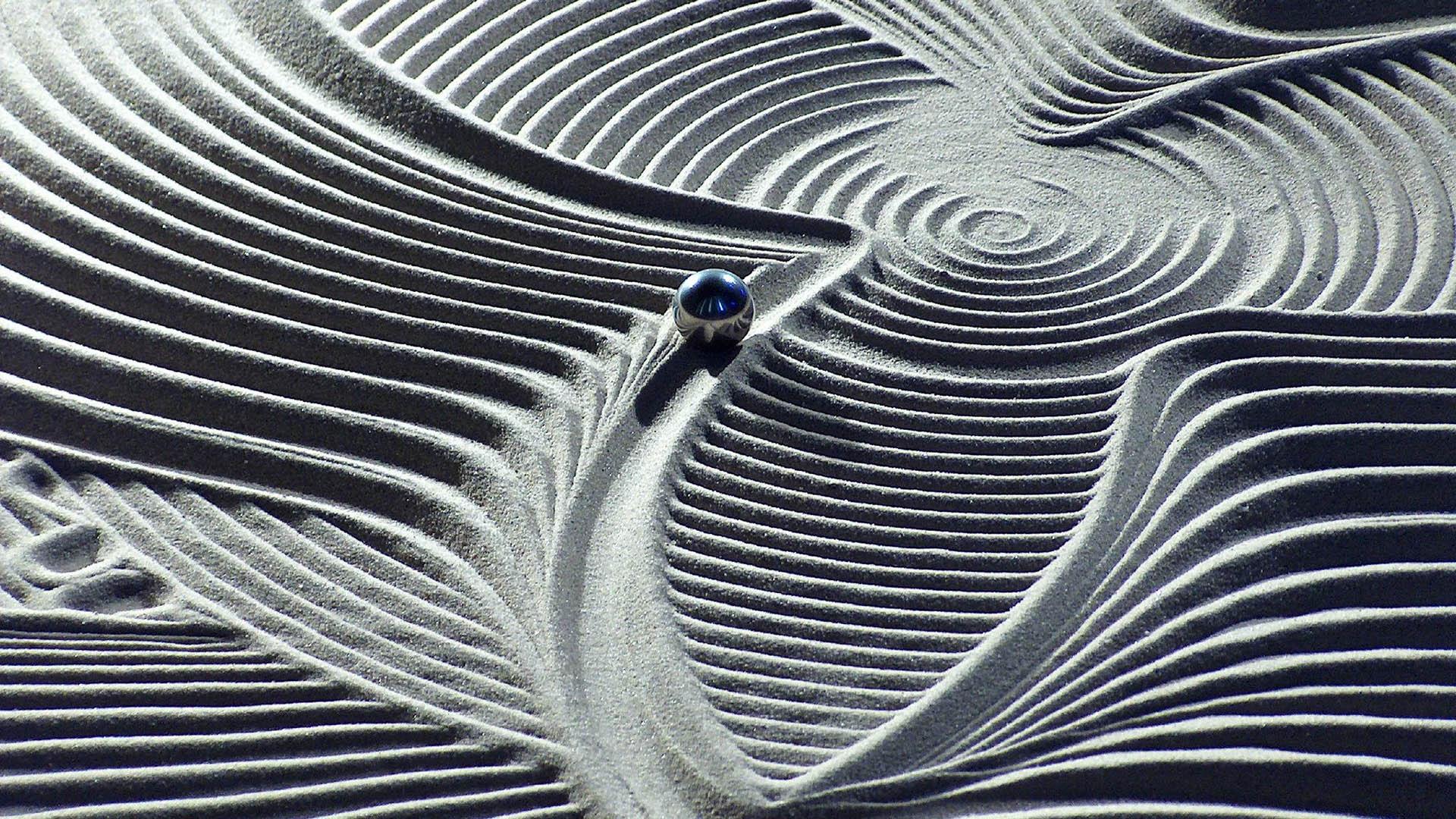 Beratung und Lebensbegleitung - Muster im Sand mit Kugel